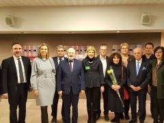 Su tekstilininke Marijona Sinkevičiene, su Seimo nariu Arūnu Gelūnu ir kitais Seimo nariais per parodos atidarymą.