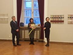 Seimo pirmininkas V. Pranckietis, Marijona Sinkevičienė ir Rotušės projektų vadovė Patricija Poderytė. Fotografavo Vytenis Sinkevičius.