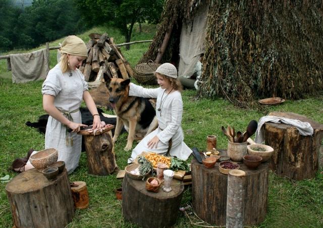 Mergaitės ir šuo. Kernavė, 2008 m.