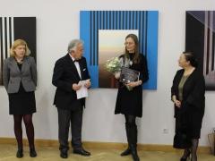 Fragmentai iš turkų dailininko Cetin Erokay parodos 'Laiko šešėliai' parodos atidarymo su nepaprastąja ir įaliotaja ambasadore J. E. ponia Aydan Yamancan, parodos kuratorė Zita Vilutytė ir menotyrininkė Gabrielė Kuizinaitė